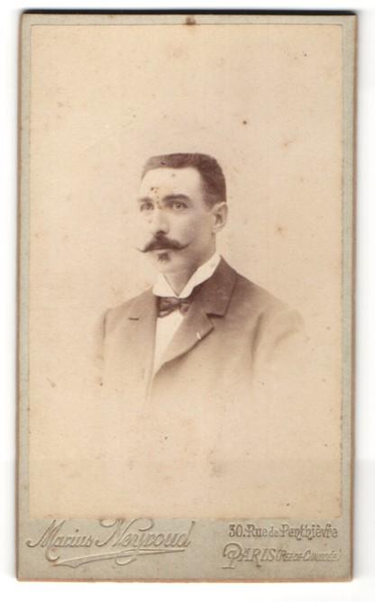Fotografie Marius Neyroud, Paris, Portrait bürgerlicher Herr mit Bürstenhaarschnitt und Schnauzbart