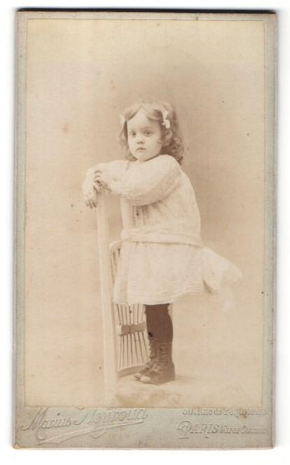Fotografie Marius Neyroud, Paris, Portrait kleines Mädchen in zeitgenöss. Kleidung