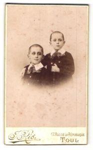 Fotografie J. Rio, Toul, Portrait zwei Knaben mit kurzgeschorenem Haar, Brüder