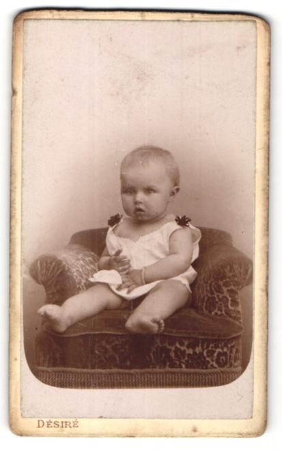 Fotografie Désiré, Paris, Portrait Säugling mit nackigen Füssen