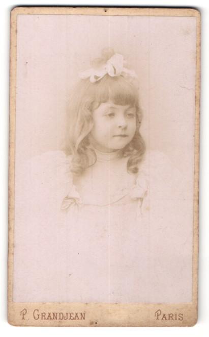 Fotografie P. Grandjean, Paris, Portrait kleines Mädchen mit Haarschleife
