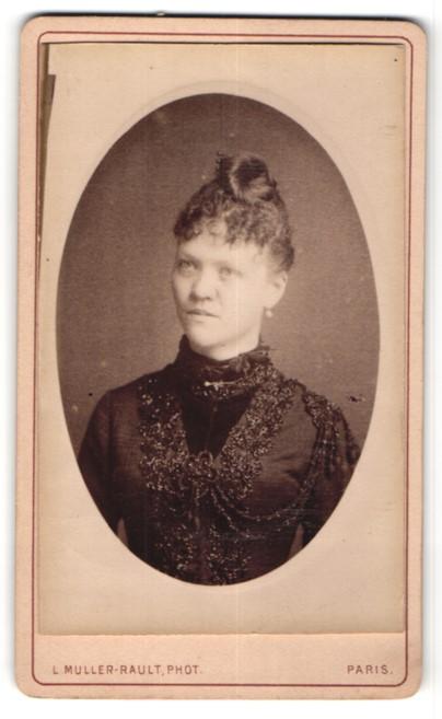 Fotografie L. Muller-Rault, Paris, Portrait einer Dame im reich verzierten Kleid