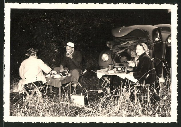 Fotografie Auto VW Käfer, Dame & Paar beim Picknick vor dem Volkswagen PKW