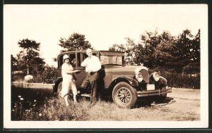 Fotografie Auto Chrysler, Paar mit Limousine am Strassenrand stehend