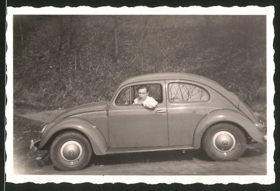 Fotografie Auto VW Käfer, junger Mann am Steuer des Volkswagen PKW's