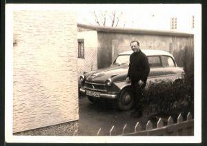 Fotografie Auto Lloyd, Mann neben PKW in Hauseinfahrt stehend