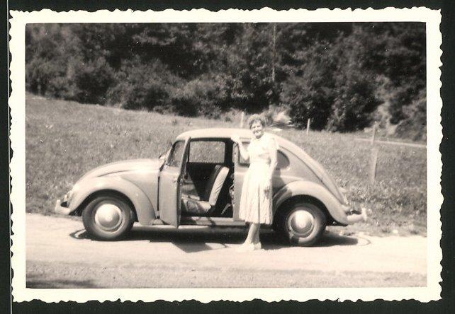 Fotografie Auto VW Käfer, Hausfrau neben Volkswagen PKW stehend