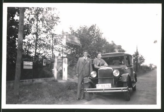 Fotografie Auto Opel, junges Paar posiert am PKW, Kfz-Kennzeichen: IT-66781