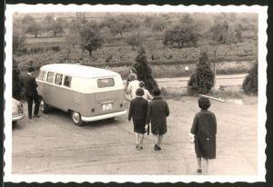 Fotografie Auto VW Bulli, Volkswagen Kleinbus auf einem Parkplatz