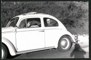 Fotografie Auto VW Käfer, betagtes Paar im Volkswagen PKW mit Faltdach