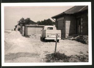 Fotografie Auto VW Bulli, Volkswagen Pritsche in Hauseinfahrt stehend