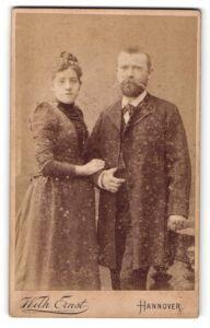 Fotografie Wilh. Ernst, Hannover, Bürgerliches Paar in eleganter Mode