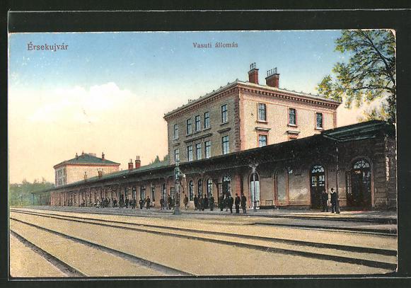 AK Érsekujvár, Vasuti állomas, Bahnhof mit Bahnsteig