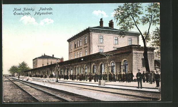 AK Érsekujvár / Nové Zámky, Pályaudvar / Nadraze, Bahnhof mit Bahnsteig