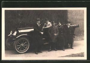 AK Männer posieren vor einem Mercedes Benz, Auto