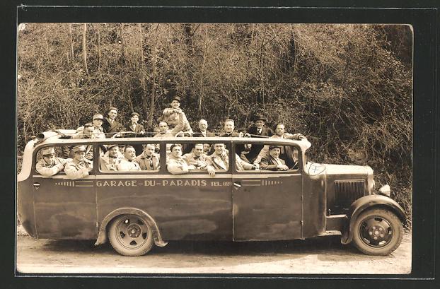 Foto-AK offener Bus mit Soldaten und Zivilisten auf einer Rundfahrt,