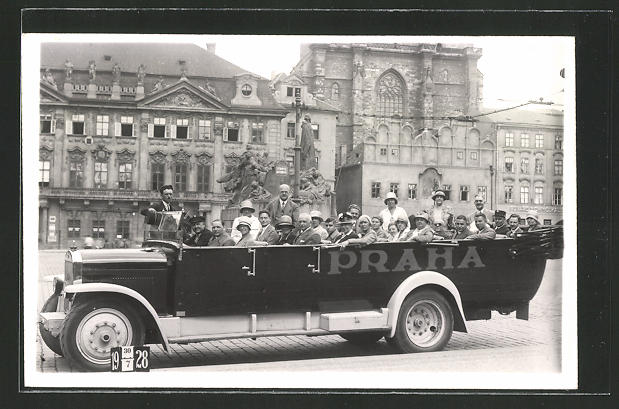 Foto-AK Prag, offener Bus mit Gästen auf einer Stadtrundfahrt