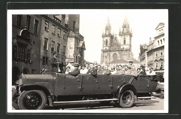 AK Prag, offener Autobus mit Gästen auf einer Stadtrundfahrt