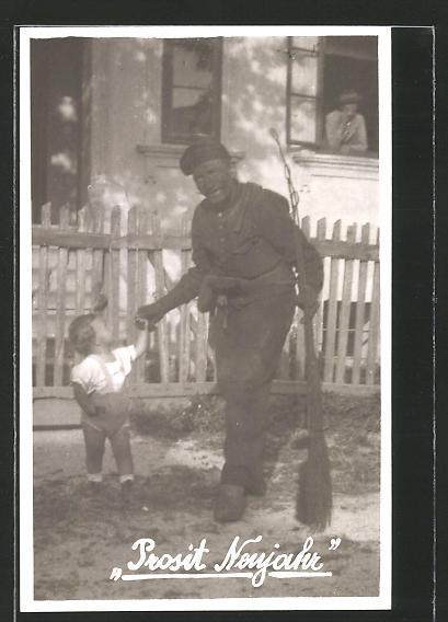 Foto-AK Prosit Neujahr, Schornsteinfeger mit Kind an der Hand