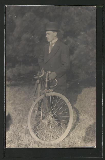 Foto-AK Dandy mit Fahrrad im Grünen