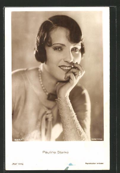 AK Schauspielerin Pauline Starke lächelnd, den Kopf auf die Hand stützend