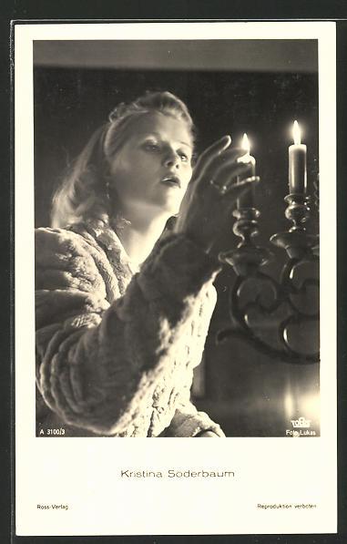 AK Schauspielerin Kristina Söderbaum an einer Kerzenhalterung stehend