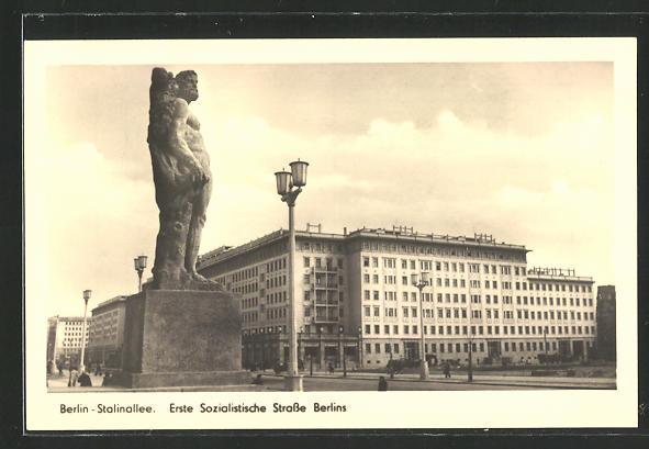 AK Berlin, Stalinallee mit Denkmal