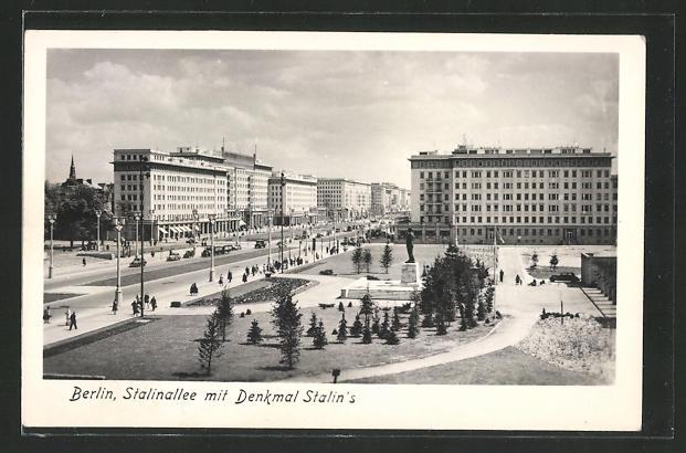 AK Berlin, Stalinallee mit Stalin-Denkmal