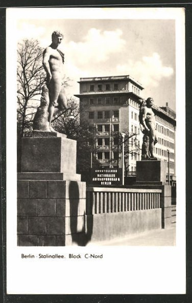 AK Berlin, Ausstellung Nationales Aufbauprogramm, 2 Statuen, Block C-Nord, Stalinallee