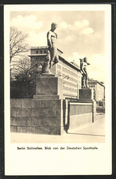 AK Berlin, Blick von der Deutschen Sporthalle auf zwei Statuen, Stalinallee