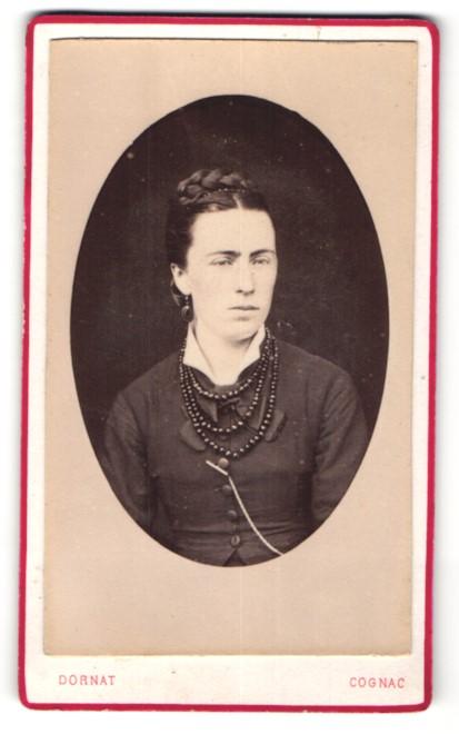 Fotografie Dornat, Cognac, Portrait hübsches dunkelhaariges Fräulein mit Flechtfrisur und Perlenhalskette