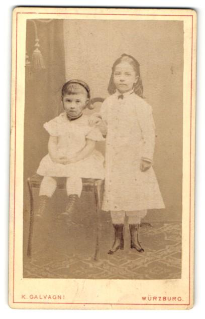 Fotografie K. Galvagni, Würzburg, zwei niedliche kleine Mädchen in hübschen Kleidern