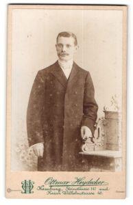 Fotografie Ottmar Heydecker, Hamburg, junger Mann mit Oberlippenbart im edlen Mantel