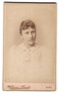 Fotografie Waldemar Rénard, Kiel, Portrait hübsche Frau in weisser Bluse