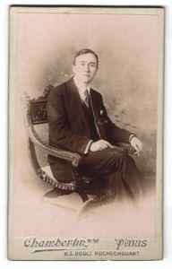 Fotografie Chamberlin, Paris, freundlicher junger Mann im edlen Anzug im Stuhl sitzend
