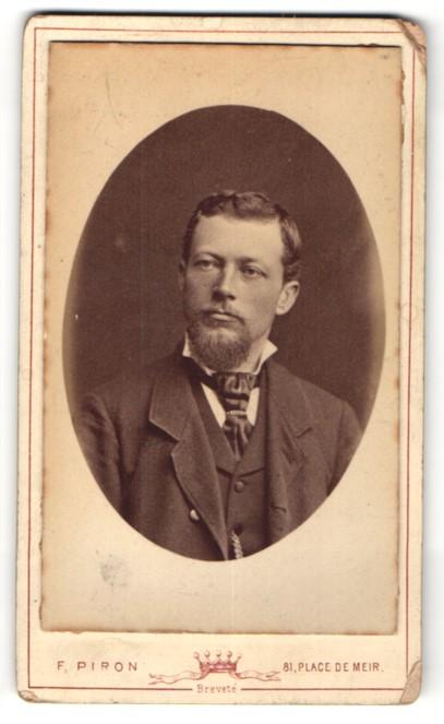 Fotografie F. Piron, Anvers, Portrait hübscher junger Mann mit Vollbart