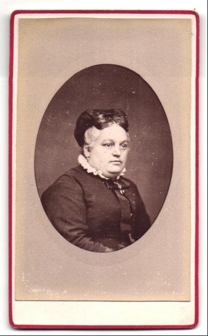 Fotografie Flamand, St. Denis, Portrait ältere Dame mit dunklem Haar und weissem Rüschenkragen