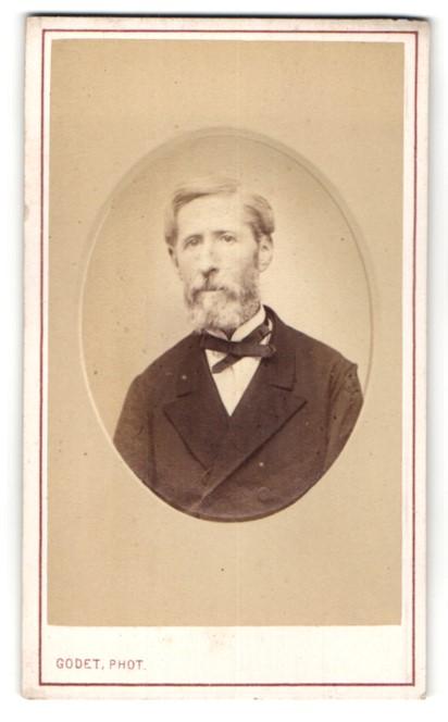 Fotografie Godet, Paris, Älterer Herr mit Vollbart im Anzug
