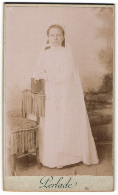 Fotografie J. V. Perlade, Ort unbekannt, Hübsches Mädchen im Kommunionskleid