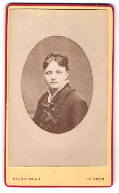 Fotografie Becquereau, St. Omer, Portrait einer jungen Bürgerlichen im reich verzierten Kleid