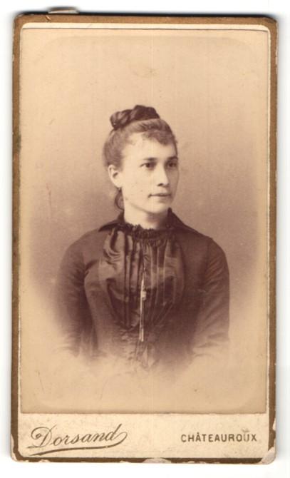 Fotografie Dorsand, Chateauroux, Junge hübsche Frau in schwarzer Robe
