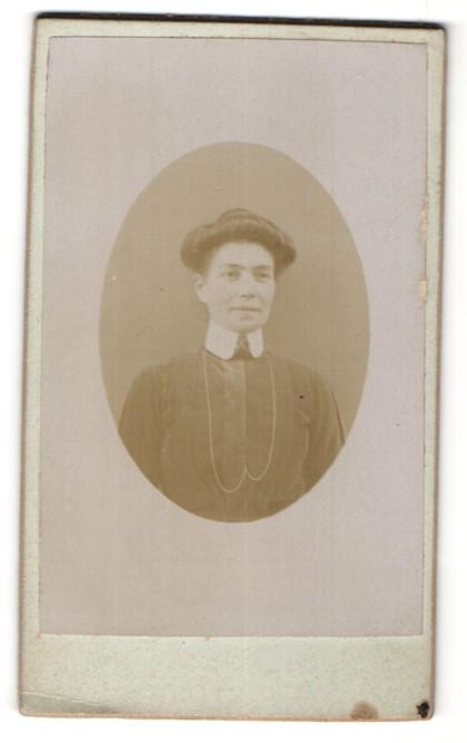 Fotografie Photographie Artistique, Ort unbekannt, Portrait Bürgerliche in hochgeschlossenem Kleid