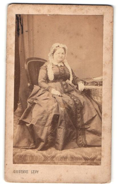 Fotografie Gustave Levy, Paris, Ältere Bürgerliche im prächtigen Kleid mit Haub
