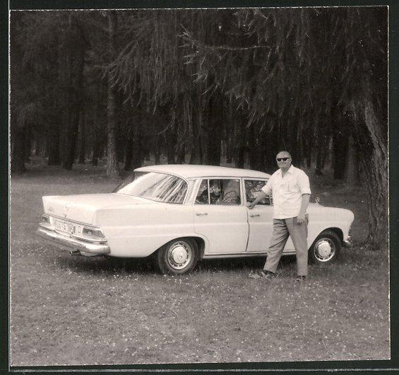 Fotografie Auto Mercedes Benz, stolzer Fahrer neben weisser Limousine