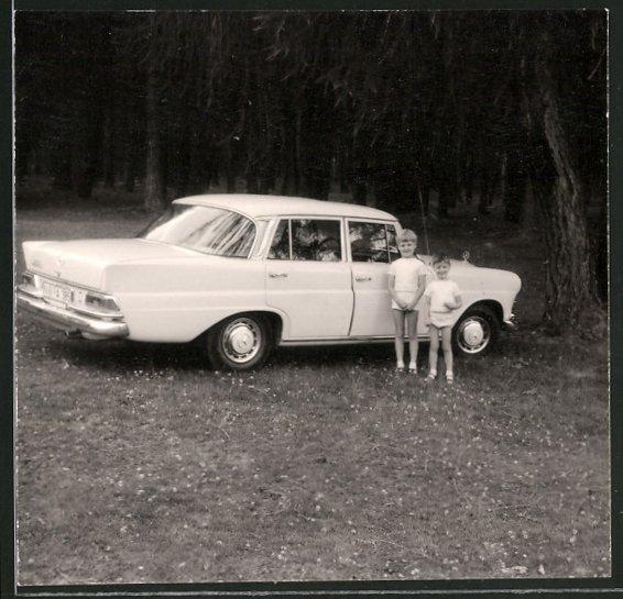Fotografie Auto Mercedes Benz, Kinder stehen neben weisser Limousine