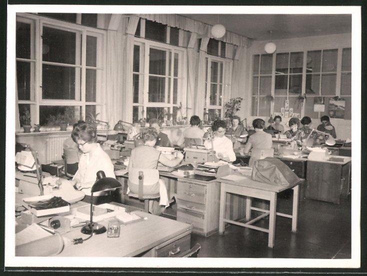 Fotografie Büro-Schreibstube, Frauen bei der Arbeit mit Schreibmaschine