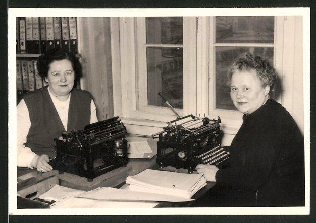 Fotografie Schreibstube, Sekretärinnen mit Schreibmaschine bei der Arbeit