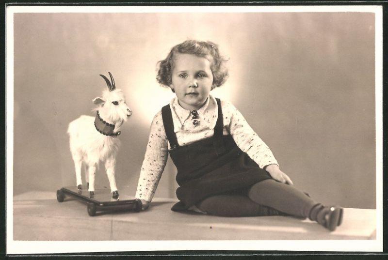 Fotografie niedliches Mädchen mit Spielzeug-Ziege