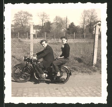 Fotografie Motorrad Maico, Paar auf Krad sitzend