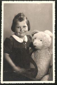 Fotografie niedliches Mädchen mit Teddybär im Foto-Atelier Gaehler, Berlin-Rudow